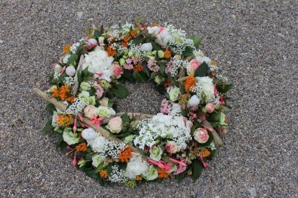 Zarter Blütenkranz mit Schwemmhölzchen und Schneckenhäuschen
