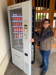 Claudia füllt den neuen Kerzenautomaten